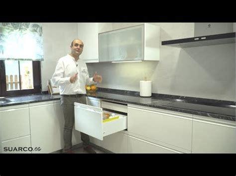 cocina blanca moderna en forma de   persiana