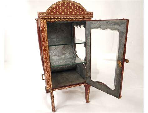 vitrine chaise à porteur cuir doré au fer fleurs