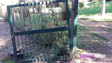separè giardino il cancello separa villa fabbricotti dal giardino