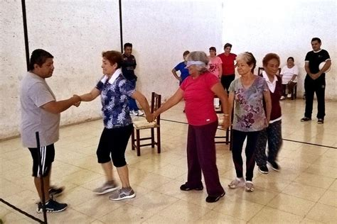 A diferencia de los juegos deportivos, los juegos recreativos no implementan mayor resistencia física pero si promueven la concentración. Actividades del centro recreativo para los adultos mayores   Actividades para adultos, Adulto ...