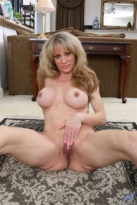 Hot Milf Elizabeth Green Showing Her Shaved Pussy Photos