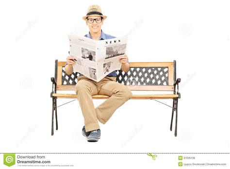 homme assis sur un banc en bois tenant le journal photos libres de droits image 37035138