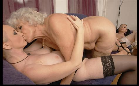 Mature Sex Mature Kissing And Fingering Pussy