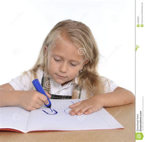 bloc note sur bureau petit schoogirl mignon heureux sur le dessin de bureau sur