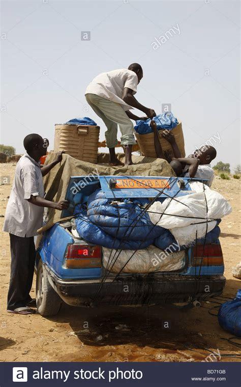 autos zum verkauf laden die fische fangen auf ein auto zum verkauf auf dem markt am lagdo see n 246 rdlichen kamerun