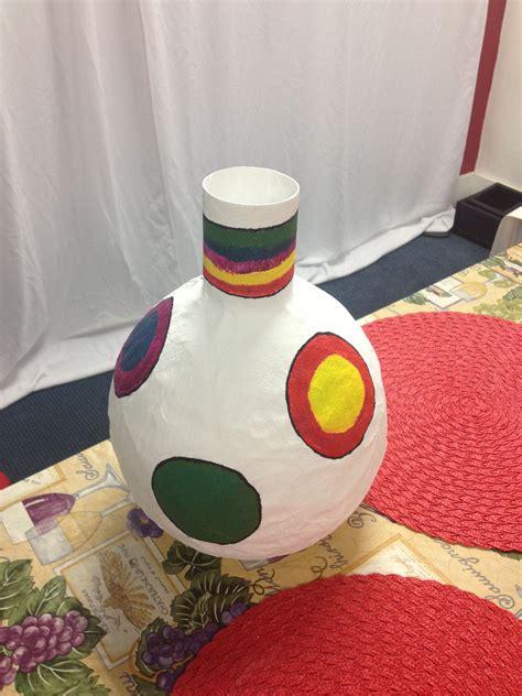 jarr 243 n hecho con papel de revistas sobre un molde de globo pintura acr 237 lica taller de papel