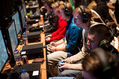 lot  people   great living  playing video games   world  esports