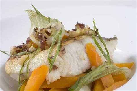 cuisiner lieu jaune recette de lieu jaune aux noisettes carottes et oignons