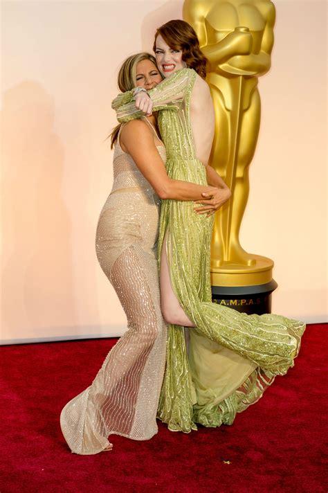El abrazo de Jennifer Aniston y Emma Stone en los Oscar ...