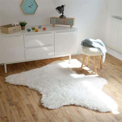 tapis peau d ours les 25 meilleures id 233 es de la cat 233 gorie tapis peau ours sur tapis d ours lits de