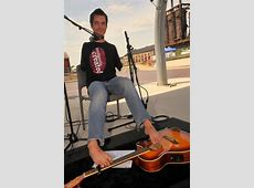 Armless guitarist who opens for Goo Goo Dolls doesn't miss