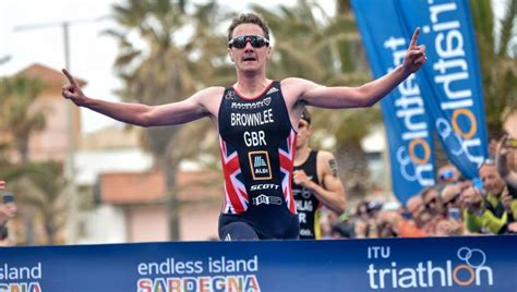 Alistair helped jonny claim second place in the race, but some say jonny should have been disqualified. Alistair Brownlee volverá a disputar un Mundial 7 años más ...