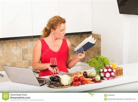 femme cuisine femme au foyer faisant cuire dans la cuisine photo stock