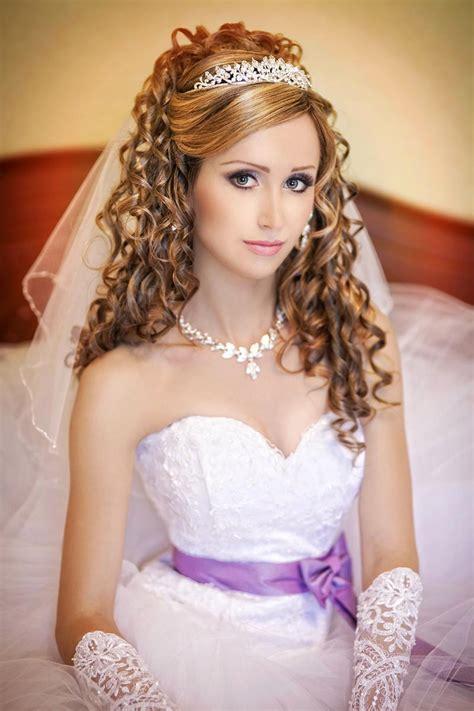 zauberhafte locken mit schleier und tiara