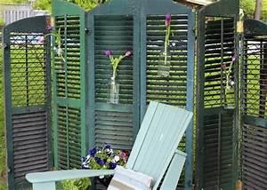 paravent aus fensterladen mit blumenvasen als deko With französischer balkon mit alte fensterläden im garten