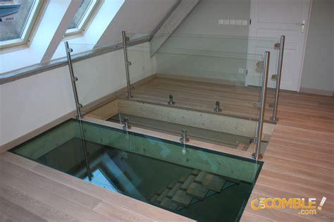 c un comble escalier qui longe le sol en verre
