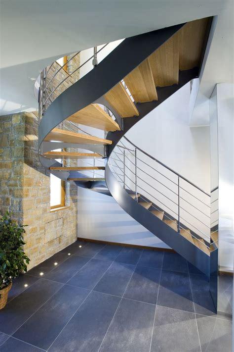 escalier demi tournant limons lat 233 raux marches en bois structure en acier d 233 couvrez les