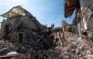 Tremblement De Terre Italie Aquila by Italie Des Milliers De Personnes Ont Comm 233 Mor 233 Le S 233 Isme
