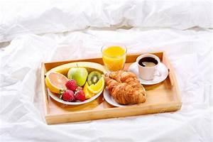 Petit Dejeuner Au Lit : petit d jeuner au lit plateau avec caf croissants et fruits photographie nitrub 102694686 ~ Melissatoandfro.com Idées de Décoration