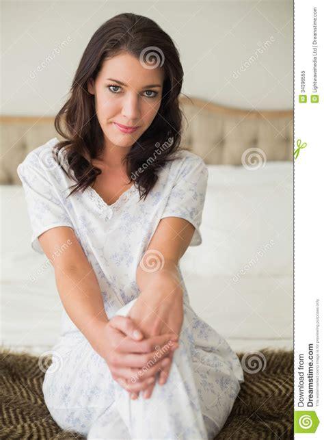 Sié E Massant Stellen Sie Die Recht Braune Behaarte Frau Zufrieden Die