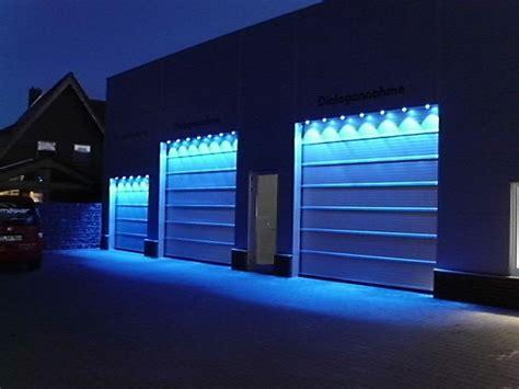 Torbeleuchtung Blau Eines Autohauses  Beleuchtung Für