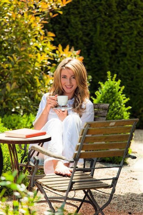 Junge Frau Trinkt Kaffee Beim Frühstück Im Garten Stock