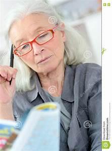 Ein Kunstleder Kreuzworträtsel : alte frau die ein kreuzwortr tsel tut stockfoto bild von gesund person 77926438 ~ Eleganceandgraceweddings.com Haus und Dekorationen