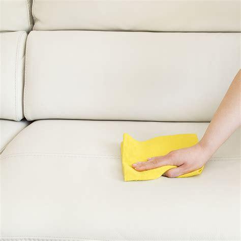 entretenir canapé cuir comment nettoyer un canapé en cuir astuces et produits