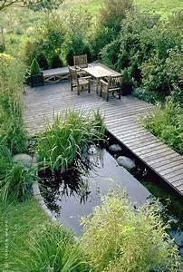 Kleine Gartenteiche Beispiele : gaerten mit wasser kleiner teich mit holzsteg und sitzplatz ~ Whattoseeinmadrid.com Haus und Dekorationen