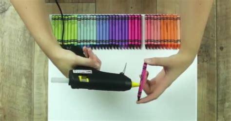elle colle  crayons  une toile  lance le seche