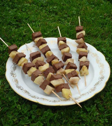 po 234 l 233 e pommes poires aux 233 pices piqu 233 es sur brochettes de fondant au chocolat dessert aussi