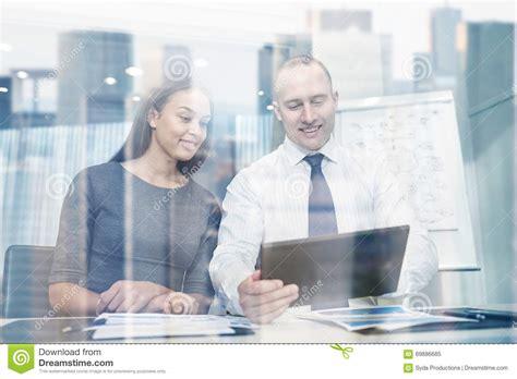 pc dans bureau hommes d 39 affaires de sourire avec le pc de comprimé dans
