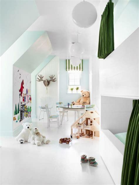 chambre spacieuse aménagement des combles en chambre enfant lumineuse