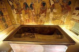 Is the lost Queen Nefertiti hiding behind Tutankhamun's ...