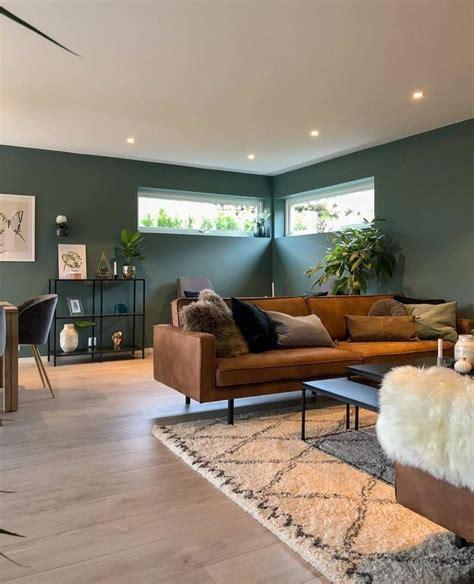 zwart stalen rek tegen groene muur interieur woonkamer
