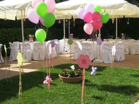 gras nach dem mähen liegen lassen viele bunte ballons auf dem gras im garten boistooffu