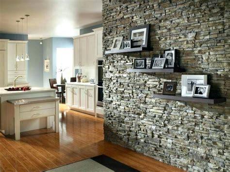 salon contemparain mur en pierre decoration soa