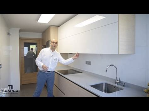 video de cocinas blancas modernas  madera estilo