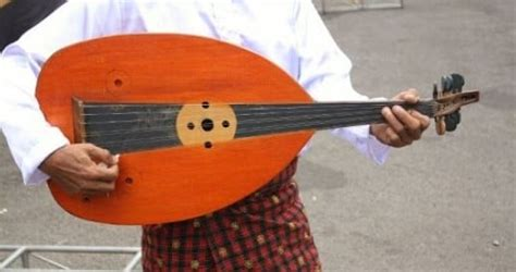 Umumnya tangan kanan digunakan untuk menghasilkan chord sedangkan tangan kiri digunakan untuk menghasilkan nada nada melodi. Alat Musik Gambus, Fungsi dan Cara Memainkannya