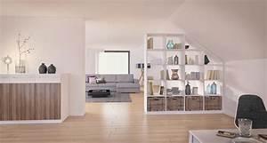 Wohnzimmer Mit Schräge : wei es regal als raumteiler unter einer dachschr ge im wohnzimmer mit dazu passender kommode ~ Orissabook.com Haus und Dekorationen