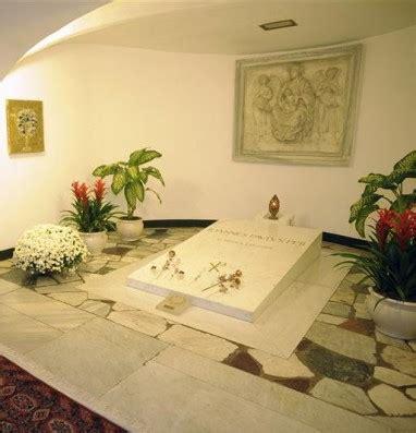 pope john pauls coffin   exhumed  faithful