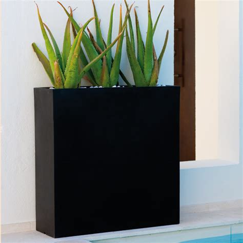 zwart als hoofdkleur voor de tuin originele plantenbakken