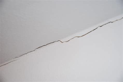 Risse In Der Wand Beseitigen by Risse Zwischen Innenw 228 Nden Und Holzbalken Decke Selbst