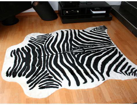 tapis imitation zebre synthetique couleur blanc  noir