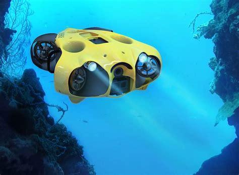 submarine drone  freely captures  underwater journey  high definition