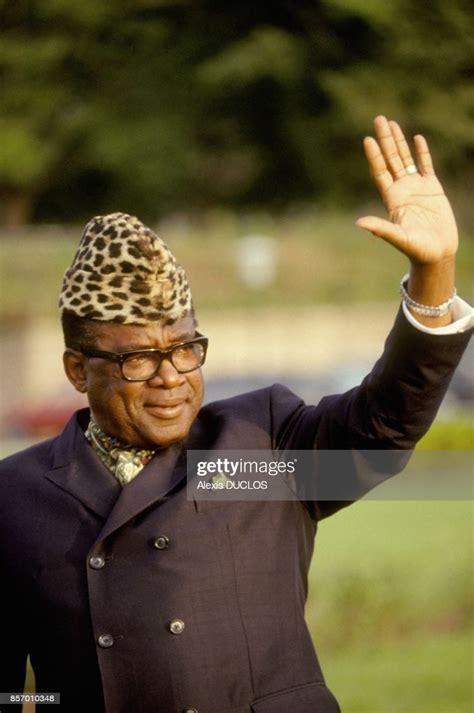 Le marechal Mobutu Sese Seko alors qu'il vient de signer ...