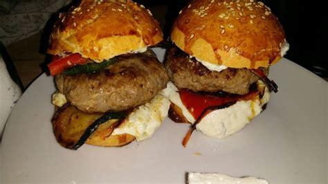 burger griechischer art mit schafskaese gefuelltem bifteki