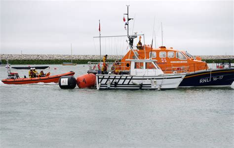 7 rescued as motor catamaran begins to sink on the solent
