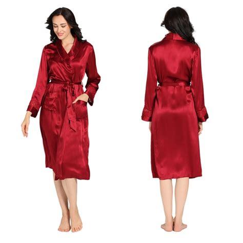 ail en robe de chambre robe chambre en soie exotique décor dentelle