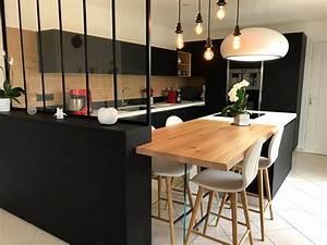 cuisine avec verriere table bois massif et hotte lustre With deco cuisine avec table de cuisine en bois